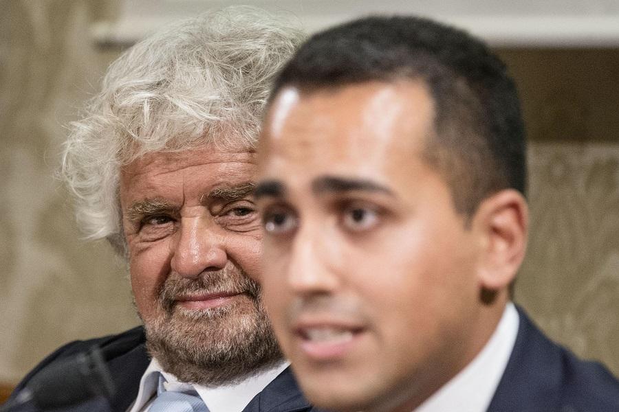 Beppe Grillo con Luigi Di Maio durante la conferenza stampa al Senato sul reddito di cittadinanza, Roma, 09 settembre 2015. ANSA/ ANGELO CARCONI