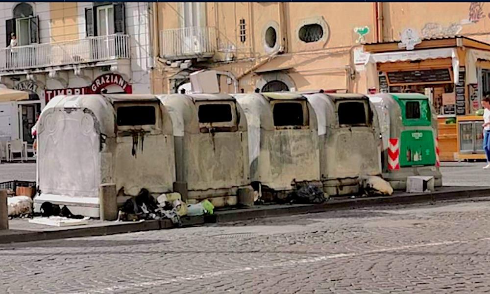 Rifiuti - Incendio - Napoli
